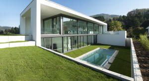 Przygotowując się do budowy domu coraz częściej szukamy rozwiązań, które są nie tylko nowoczesne i funkcjonalne, ale i odpowiadają na współczesne kwestie ekologii i energooszczędności.