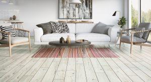Nic tak nie ociepla wnętrza jak przytulne materiały na ścianach i podłogach. Wzór, kolor i faktura potrafią znacząco podnieść temperaturę aranżacji, co szczególnie doceniamy gdy ta na zewnątrz zaczyna spadać.