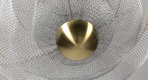 Meshmatics Chandelier dla Moooi powstał z … drucianej siatki. Projektant opracował specjalną maszynę i zestaw narzędzi, dzięki którym precyzyjnie modeluje tworzywo na formie, nadając mu pożądany, kielichowaty kształt.