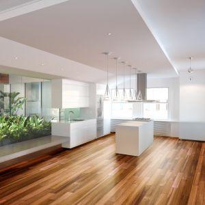 Podłogi z naturalnego drewna wprowadzają do aranżacji klimatyczne ciepło i ponadczasowy urok. Fot. DLH