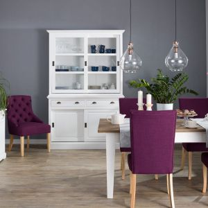Kolor Roku Pantone Ultra Violet we wnętrzu. Fot. Dekoria.pl