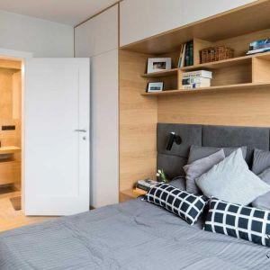 Także tutaj drewno ma niebagatelny wpływ na atmosferę wnętrza. Wykończone drewnem schowki które zbudowano wokół łóżka, tworzą zaciszny kącik  w którym można się czuć bezpiecznie. Fot. Małgorzata Górska-Niwińska, MGN
