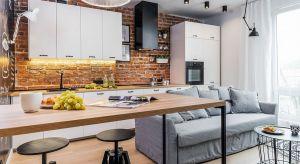 Położone w zabytkowej kamienicy mieszkanie urządzone zostały dla młodej, aktywnej pary, która, poza dobrą kawą, lubi klimatyczne wnętrza oraz styl skandynawski.
