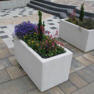 W nowoczesnych projektach ogrodów świetnie sprawdzą się elementy małej architektury: donica. Fot. Libet