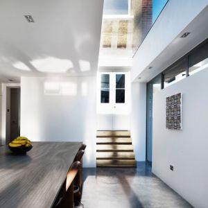 Drewno cieszy się niesłabnącą popularnością w aranżacji wnętrz kuchennych. Można je wykorzystać na frontach mebli, w formie dekoracyjnych dodatków, ale również na ścianie nad blatem. Ten ostatni sposób doda aranżacji kuchni szczególnego uroku. Fot. Pfleiderer