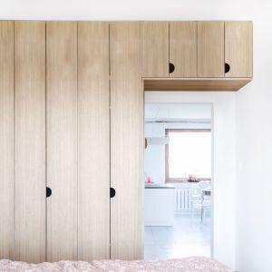 Praktyczna zabudowa meblowa znalazła się też w pokoju rodziców. Projekt:  Atelier Starzak Strebicki. Fot. Mateusz Bieniaszczyk