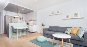 Zadaniem projektantki było zaaranżowanie niewielkiego, 55-metrowego mieszkania dla młodej pary. Sympatyczni i pełni energii właściciele byli otwarci na pomysły.