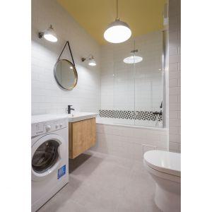 Żółty kolor łazienkowego sufitu łączy wnętrze z resztą mieszkania. Projekt: arch. Katarzyna Benko, Och-Ach_Concept. Fot. Och-Ach_Concept