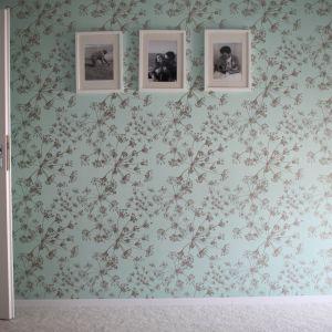 Pojedyncze ściany zostały uwydatnione poprzez zastosowanie wzorzystych tapet w delikatnych odcieniach zieleni. Projekt i zdjęcia: Marcin Herman, Premiere Design