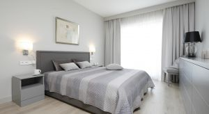 Szara sypialnia jest nie tylko modna i elegancka. Odcienie szarości pomogą nam również zrelaksować się i wypocząć.