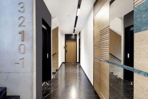 Części wspólne budynku - korytarz prowadzący do apartamentu. Projekt: studioLOKO. Foto: Karolina Chęcińska