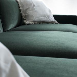 Stylowa sofa Harold z oferty marki Rosanero to mebel, który doskonale wpisuje się w klimat wytwornych, a zarazem przyjaznych użytkownikowi wnętrz. Fot. Rosanero