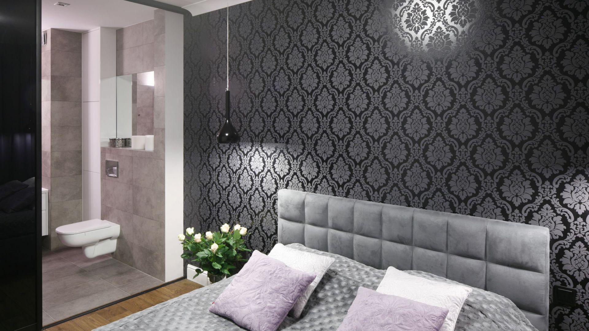 Łazienka przy sypialni. Projekt: Karolina Łuczyńska. Fot. Bartosz Jarosz