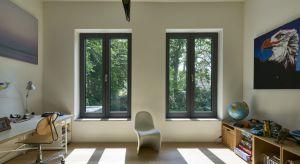 Odpowiednia stolarka okienna powinna nie tylko współgrać z fasadą oraz wnętrzem domu. Musi także zapewniać dopływ dziennego światła, jednocześnie chroniąc nas przed niedogodnymi warunkami atmosferycznymi.
