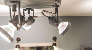 Światło pełni w łazience rolę szczególną. Sprawia, że wnętrze to zyskuje unikatowy charakter, podkreśla atuty aranżacji i wprowadza intymną atmosferę, sprzyjającą relaksacji.