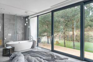 Salon kąpielowy z widokiem na ogród. Zdjęcia: Tom Kurek