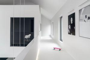 Ascetycznie zaaranżowana galeria prowadzi do pomieszczeń prywatnych. Zdjęcia: Tom Kurek