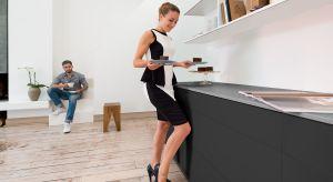 Meble uszlachetniane dekorami inspirowanymi ciemnymi gatunkami drewna doskonale prezentują się we wnętrzach emanujących elegancją i luksusem.