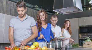 Podczas codziennych prac w kuchni, oprócz dużych urządzeń AGD, takich jak piekarnik czy płyta grzewcza, niezbędne są także małe sprzęty. To dzięki nim dokładnie wymieszamy składniki na ciasto, rozdrobnimy produkty, przygotujemy tosty oraz gri