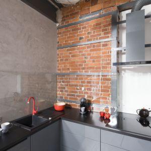 Ściana nad blatem w kuchni. Projekt: Nowa Papiernia. Fot. Bartosz Jarosz