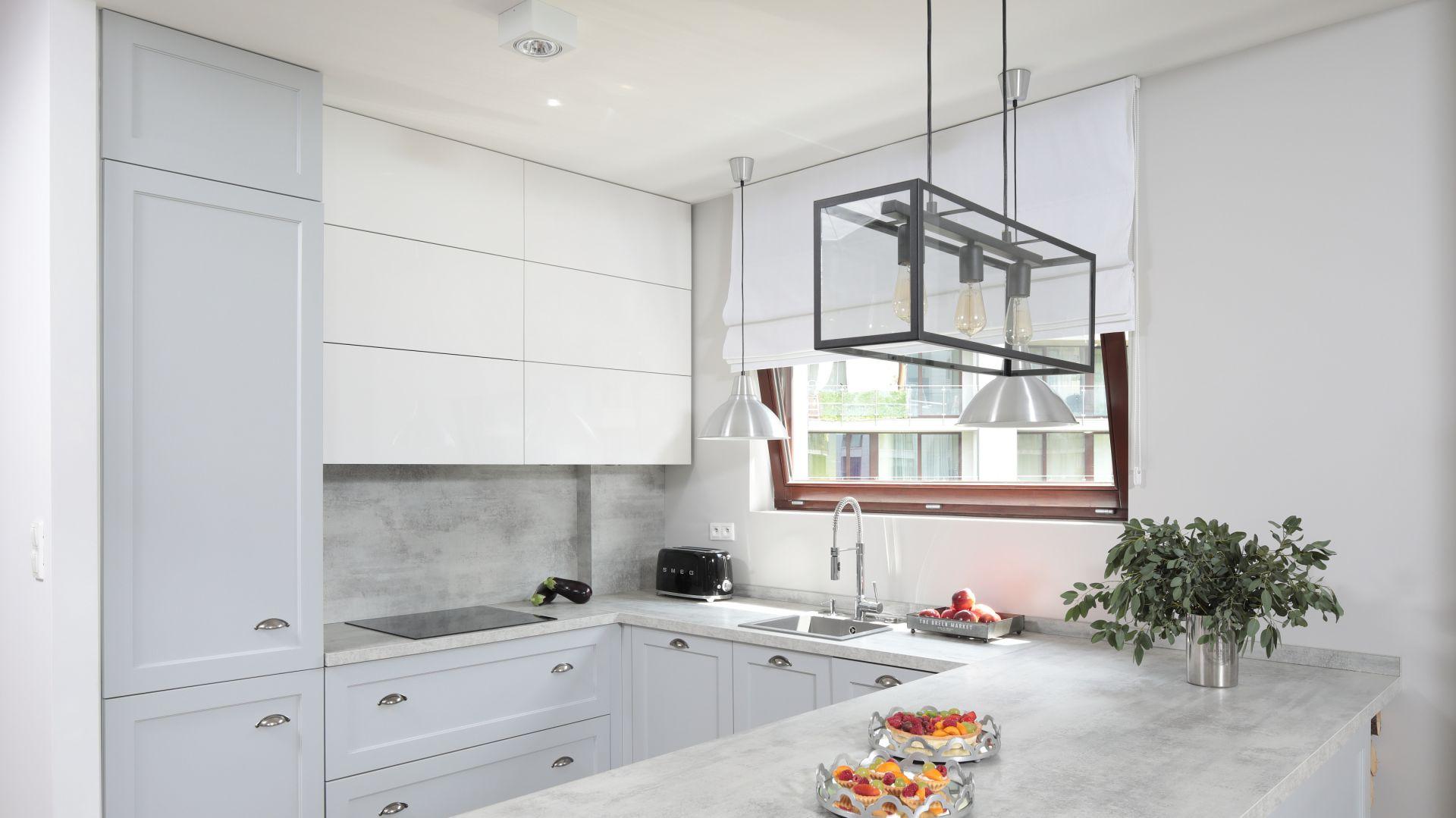 Ściana nad blatem w kuchni. Projekt: Wioleta Wójcik-Maciuszek, Konrad Maciuszek. Fot. Bartosz Jarosz