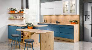 Najnowsze aranżacje znacznie odbiegają od wizerunku kuchni, do jakiego zdążyliśmy się przyzwyczaić, a to za sprawą odważnych kolorów i wyrazistych printów roślinnych - niezwykle modnych w tym sezonie. W kuchni nastał czas kolorów.