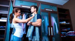 """Wysuwane wieszaki na spodnie i krawaty, sprytnie schowane szuflady czy pantografy. Sposobów na """"powiększenie"""" szafy jest wiele. Co zrobić, żeby i ona i on mogli czuć się swobodnie w swojej garderobie?"""