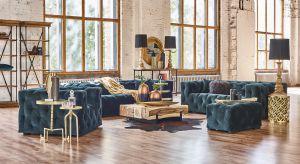 Pozwól sobie na odrobinę luksusu i postaw na wytworną aranżację salonu utrzymaną w stylistyce glamour.