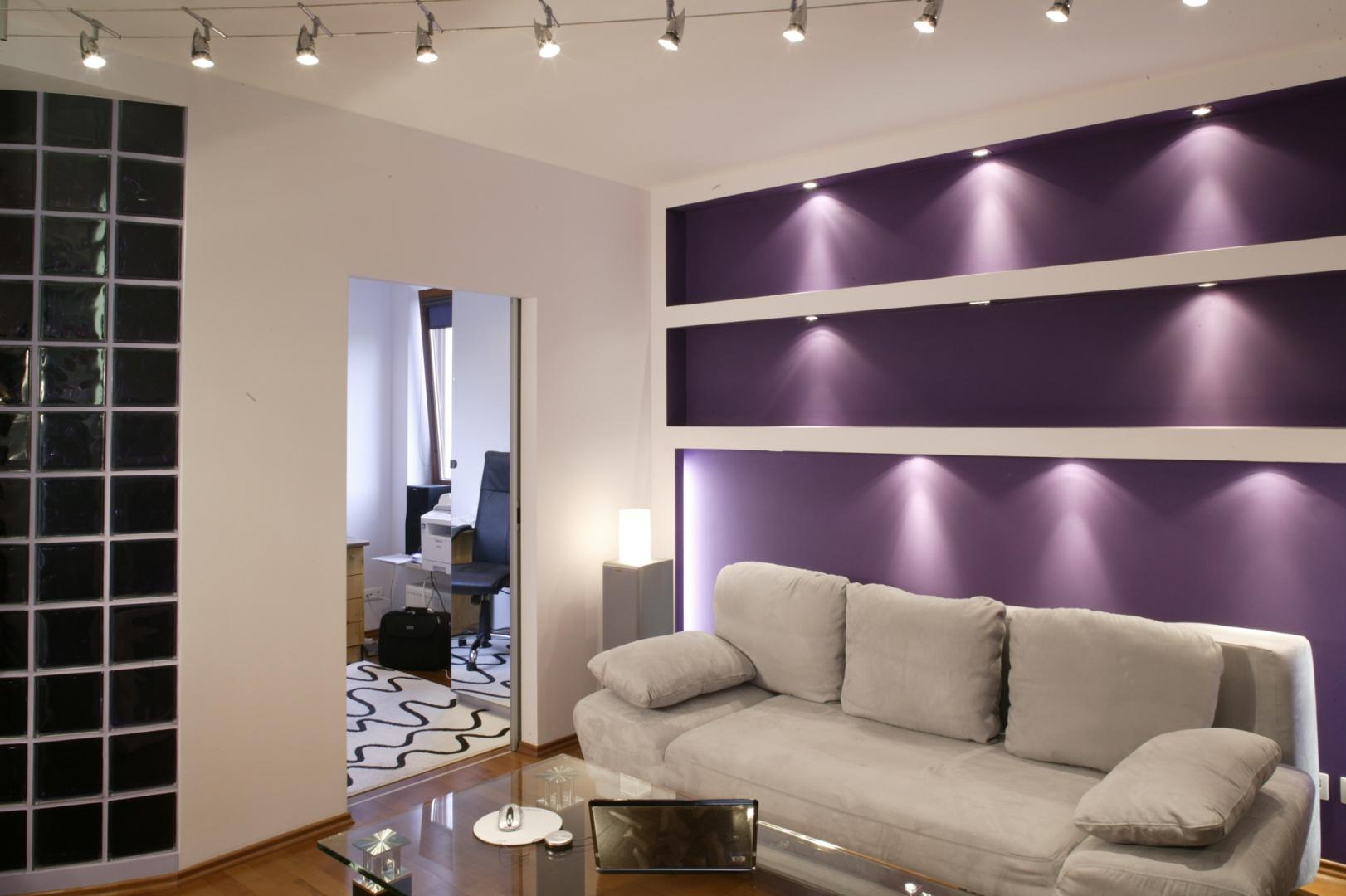 Zamiast żyrandola, pod sufitem salonu zawisł rząd halogenowych lampek na stalowych linkach. Fot. Monika Filipiuk.