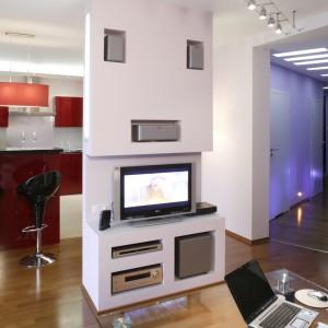 Otwartą przestrzeń salonu i kuchni symbolicznie dzieli ścianka działowa, w której gospodarze zorganizowali kącik telewizyjny. Fot. Monika Filipiuk.