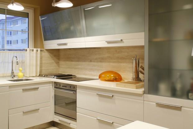 Nowoczesna kuchnia. Ożyw białe szafki mocnym kolorem