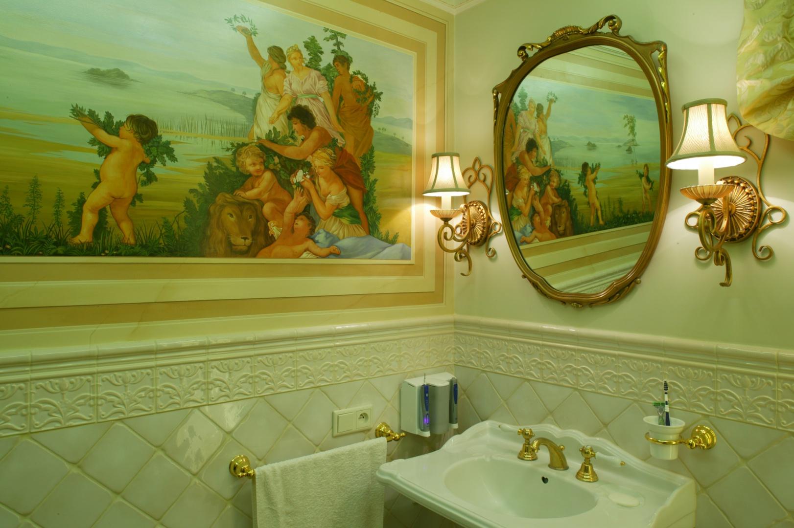 Malowidła zawierają elementy iluzji, np. boginie zdają się przeglądać w lustrze. Ich plastykę i barwność efektownie podkreślają jasne kolory ścian.