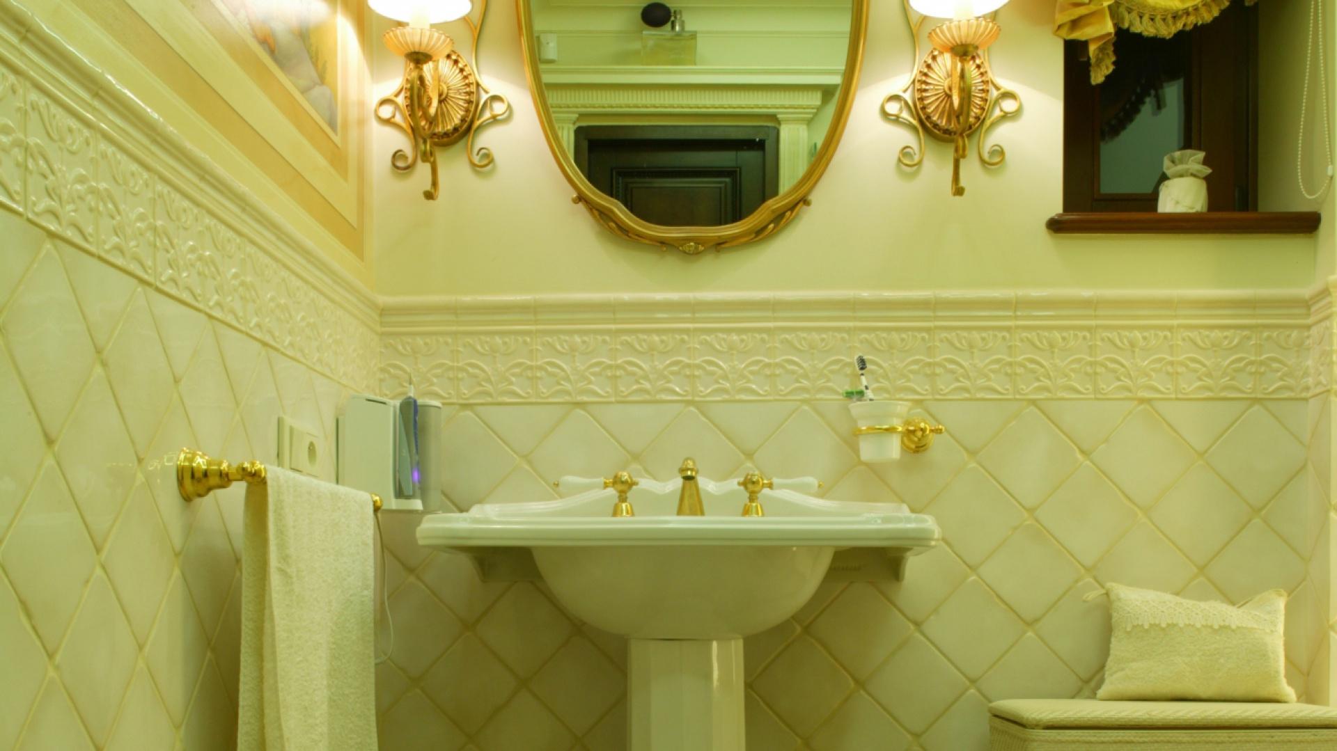 Aranżacja łazienki przenosi w czasy włoskiego Renesansu.