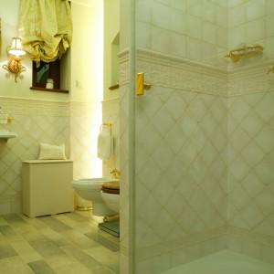Ukryte w niszach ścian i sufitu źródła światła dają tajemniczą, delikatną poświatę, która w pełni pozwala docenić urok stylowego wyposażenia.