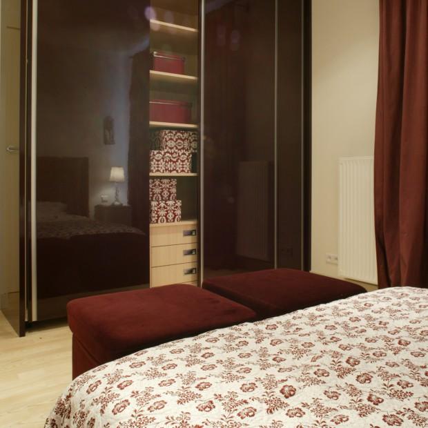 Sypialnia z dużą pojemną szafą: zadbaj o swoje ubrania