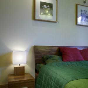 Dwie czarno-białe grafiki, efektownie podświetlone, stanowią interesujący element dekoracyjny sypialni. Fot. Bartosz Jarosz.