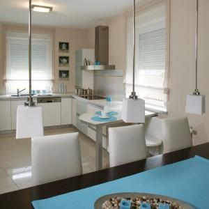 Niebieski kolor, użyty w postaci mobilnych dodatków, odświeżył i urozmaicił wnętrze kuchni, świadcząc przy tym o zmyśle dekoracyjnym pani domu.