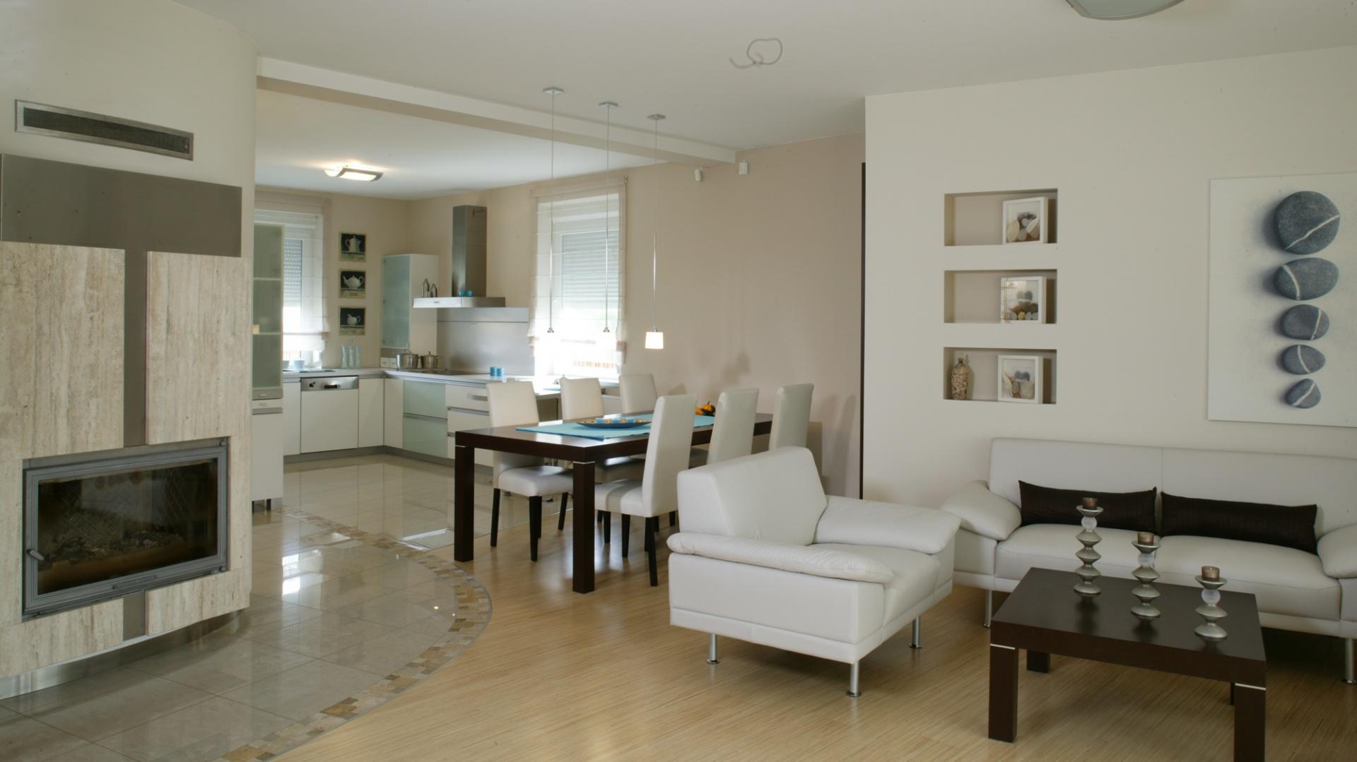 Kącik relaksu tworzą fotele i sofa z jasnej skóry (Kler) oraz stolik kawowy, fornirowany wengé. Fot. Monika Filipiuk.