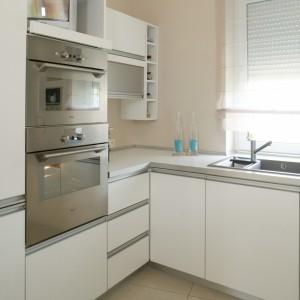 Wyposażony w deskę do krojenia zlew (Blanco) umieszczono przy oknie, co pozwala domownikom dłużej korzystać ze światła dziennego podczas zmywania. Fot. Monika Filipiuk.