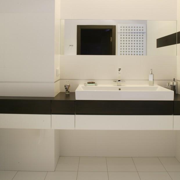 Modernistyczna łazienka: tylko biel i czerń
