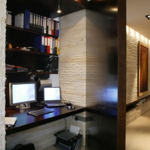 """W ukrytym w ściennej wnęce """"gabinecie"""", dużo się mieści: biurko, półki, komputer i drukarka. Wystarczy tylko przysunąć fotel i zapalić światło. Gabinet zniknie po zamknięciu drzwi, tworząc ze ścianą jedną płaszczyznę. Fot. Tomek Markowski."""