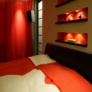 """Dodatkowym źródłem dyskretnego światła w """"kinowej"""" sypialni są wnęki w ścianach. Stały się one również doskonałym miejscem do eksponowania  drobiazgów. Fot. Monika Filipiuk."""
