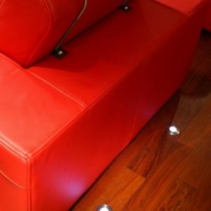 Małe lampki diodowe zostały umieszczone w podłodze, obok foteli. To kolejny element, kojarzący się z kinem. Fot. Monika Filipiuk.