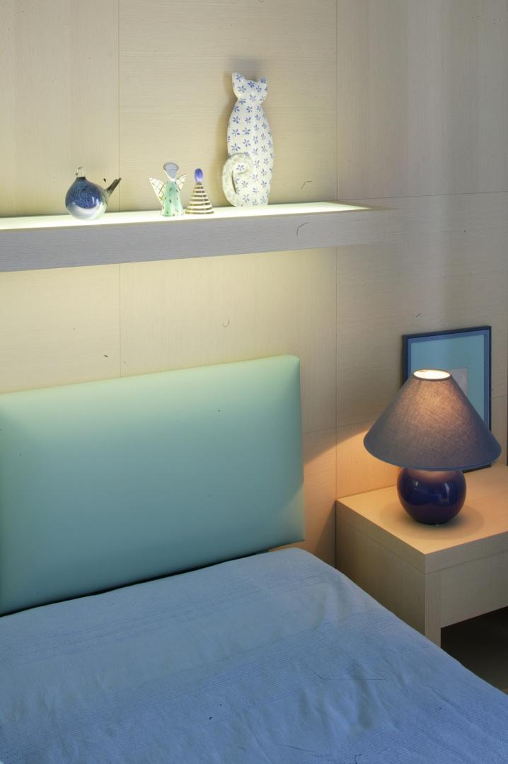 Komoda umiejscowiona na przeciw łóżka to kwintesencja sypialni: prostych, geometrycznych form, nienarzucającej się barwy i braku zbędnych ozdób.Fot. Marcin Onufryjuk.