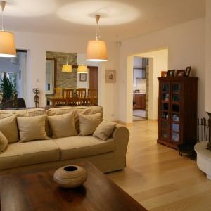 Meble z naturalnego drewna, którymi wyposażono salon pochodzą z oferty Almi Decor., są one dogodnym miejscem do ekspozycji pamiątek i rzeźb.