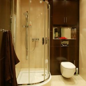 """W """"czekoladową"""" płaszczyznę płytek nad WC została wbudowana nieduża szafka oraz poziome lustro, przed którym znalazło się miejsce na eksponowanie drobiazgów. Fot. Marcin Łukaszewicz."""