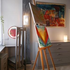 Jeden z dwóch pilastrów, zwieńczony ozdobnymi ślimacznicami. W kąciku, przy okrągłej lampce-lustrze gospodyni zwykle robi sobie makijaż. Fot. Monika Filipiuk.