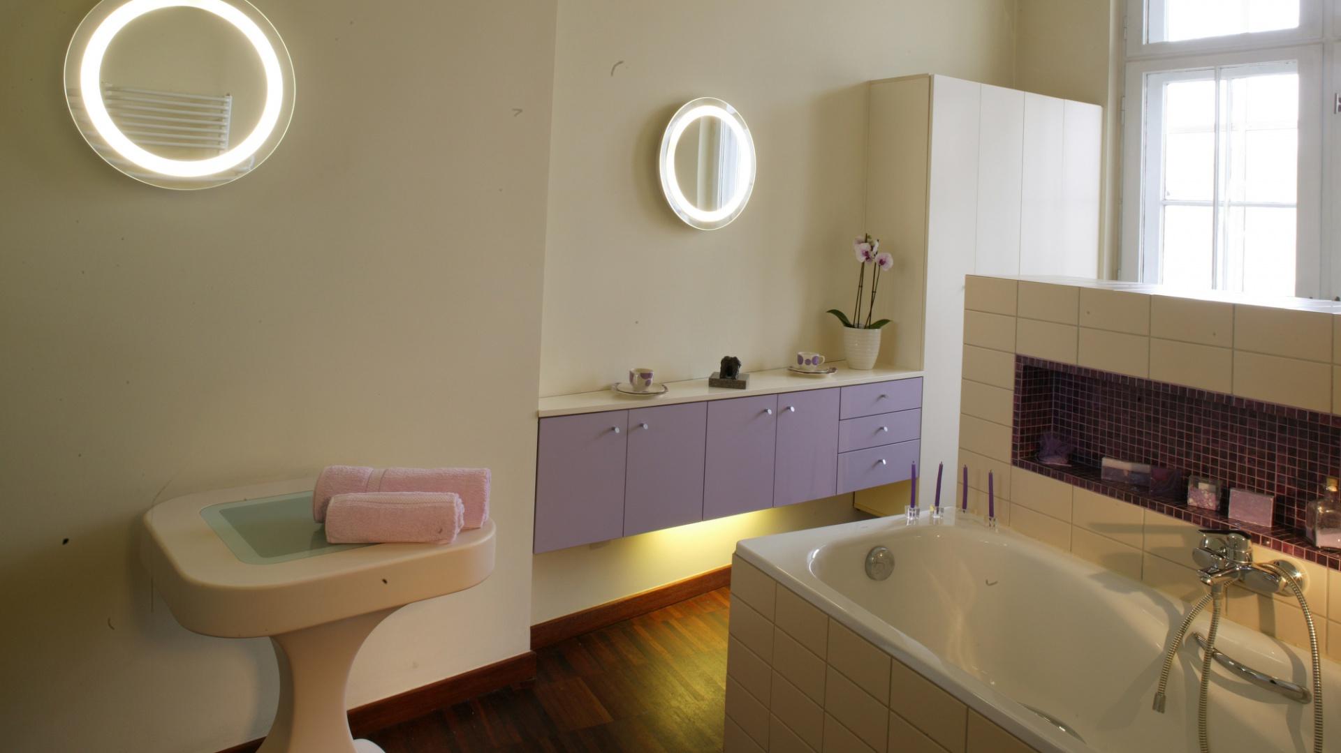 """Rzecz niezbędna w kobiecej łazience: okrągłe lampki-lusterka (""""Mirrorette"""") doskonale oświetlają twarz podczas pielęgnacyjnych zabiegów. Fot. Monika Filipiuk."""