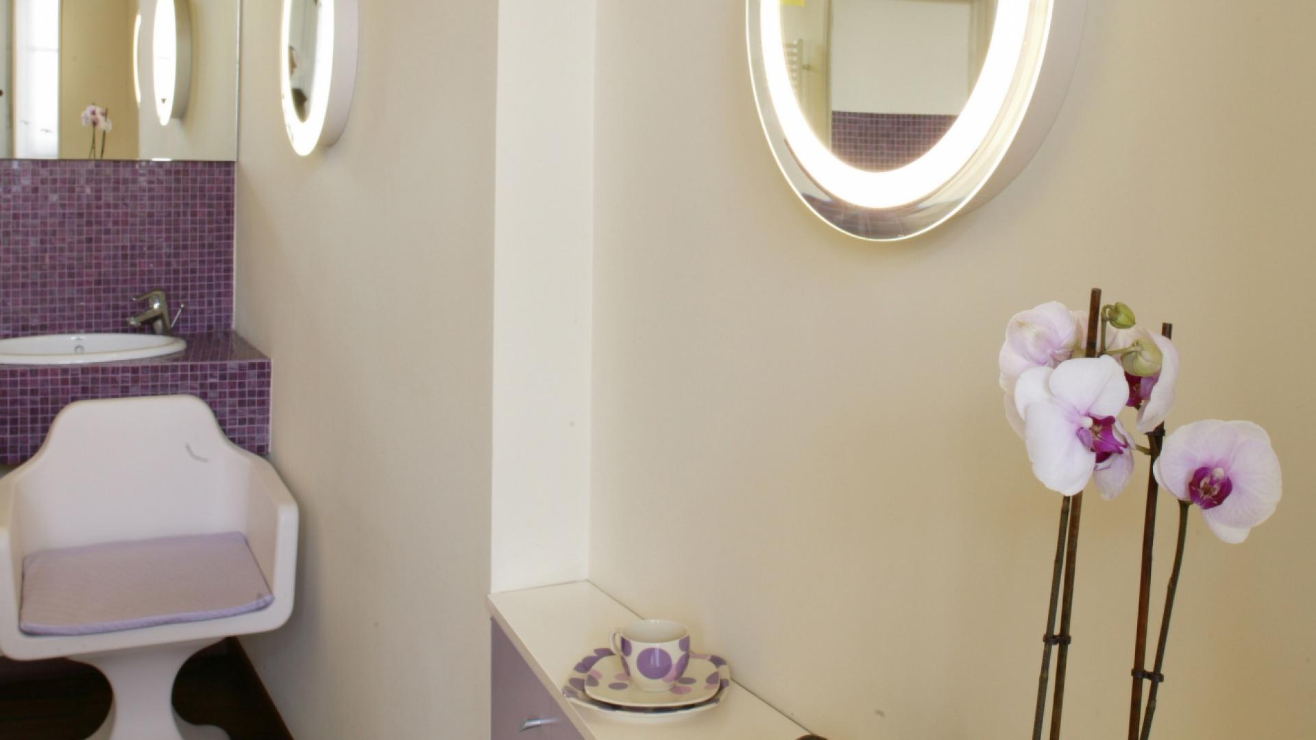 Obok wanny – fotelik z zestawu Tapas, pierwotnie zaprojektowanego do jednego z klubów muzycznych. Fot. Monika Filipiuk.
