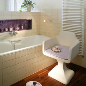 Ścianka działowa i obudowa wanny pokryte są płytkami ceramicznymi Squadra firmy Giaretta. Fot. Monika Filipiuk.